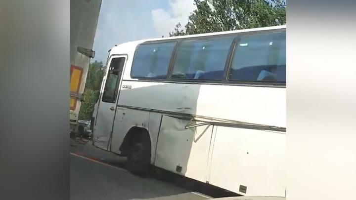На трассе Челябинск — Троицк столкнулись фура, автобус и две легковушки
