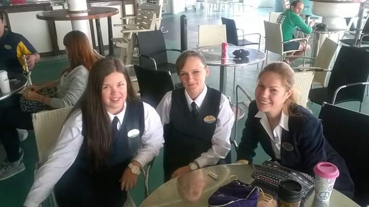 Алиса (слева) и ее коллеги