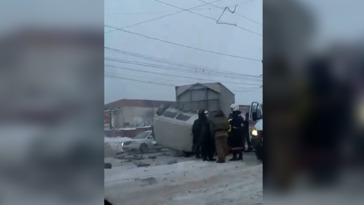 Грузовику оторвало кабину в аварии на Петухова