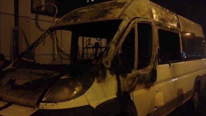 «Водитель стоял рядом и наблюдал»: на западе Волгограда дотла выгорела маршрутка