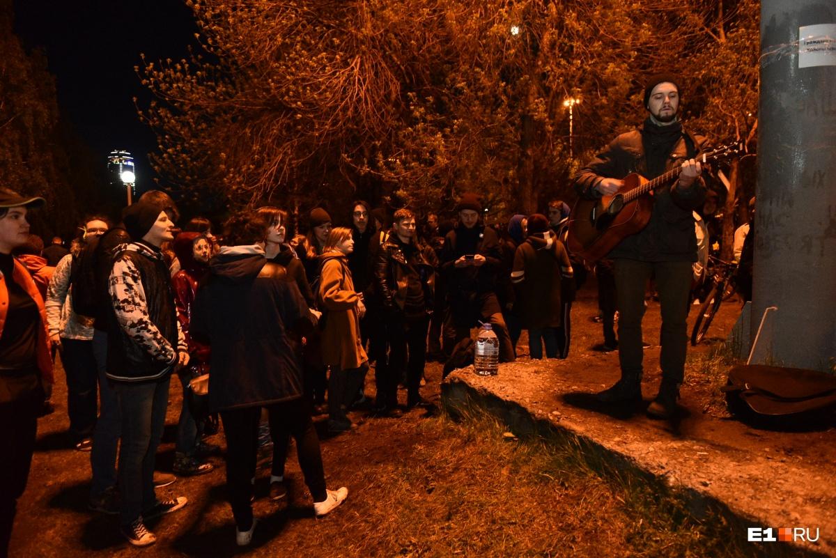 Танцевали, пели и обнимали сквер: как екатеринбуржцы праздновали приостановление стройки у Драмы