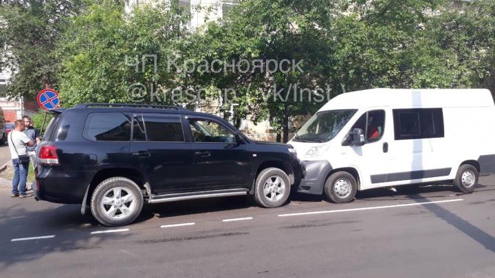 Водитель пережил приступ за рулем и устроил аварию в центре Красноярска