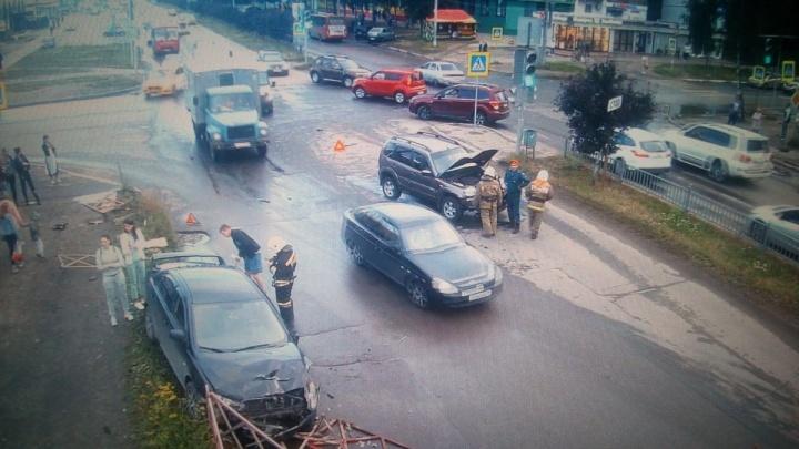 Появилось видео ДТП в Заволжском районе, где легковушка снесла ограждение и вылетела на тротуар