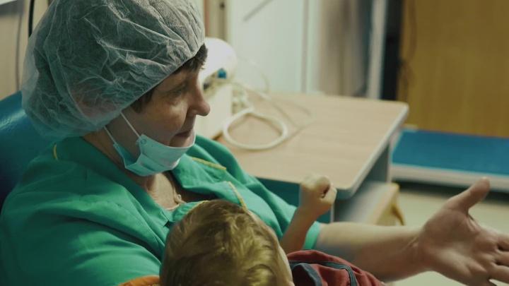 Обнимите меня, пожалуйста: новосибирский режиссёр снял фильм о нянях для брошенных детей