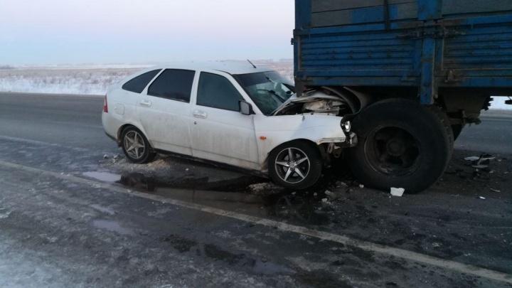 Под Новосибирском «Лада» влетела в стоящий на обочине КАМАЗ: один человек получил тяжёлые травмы
