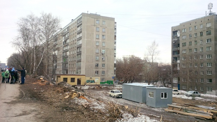 На улице Бориса Богаткова начали стройку на тротуаре