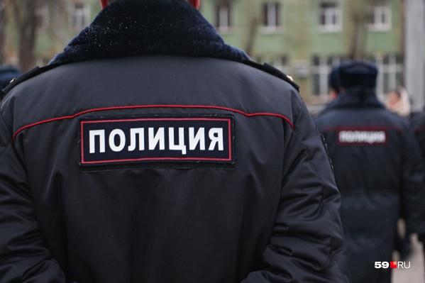 Мужчина представлялся полицейским, хотя на самом деле не являлся им. После этого его задержали настоящие полицейские