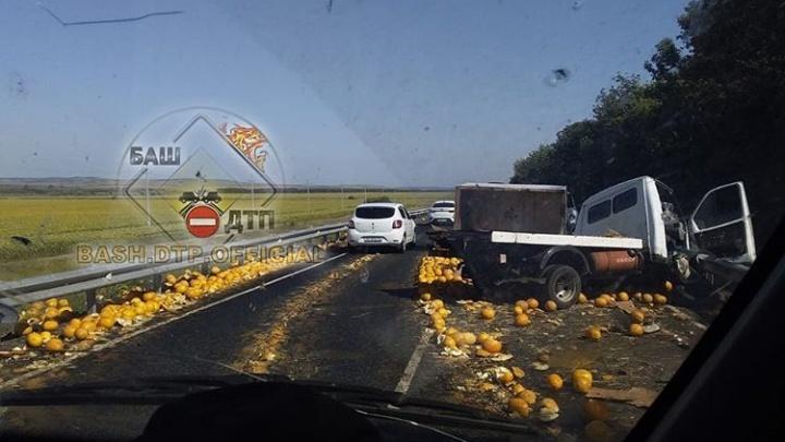 В Башкирии столкнулись «Газель» и ВАЗ-2114, очевидцы сняли на видео дорогу, усыпанную дынями