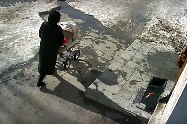 Кусок льда упал на коляску с крыши пятиэтажки на улице Пархоменко