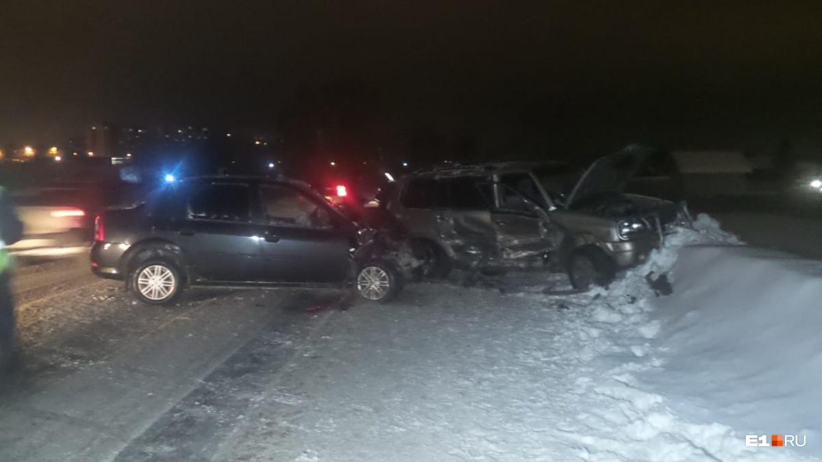 Вытаскивать водителя из заблокированного Suzuki пришлось сотрудникам МЧС