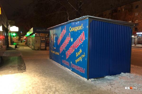 Каждый декабрь по Екатеринбургу разбрасывают сотни павильонов по продажефейерверков