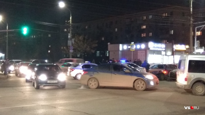Обновленный светофор и ДТП: центр Волгограда замер в восьмибалльных пробках