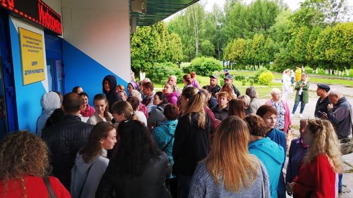 В Ярославле родители с четырёх утра выстроились в гигантскую очередь, чтобы записать детей в секции