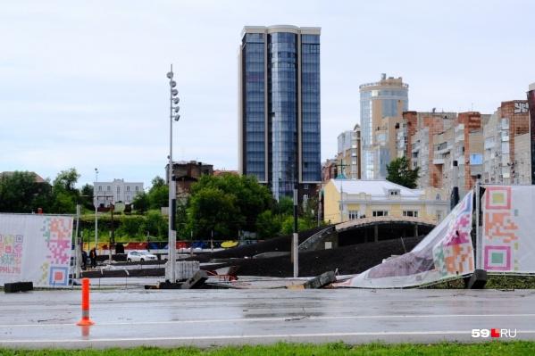 Шквалистый ветер снес забор и рекламные конструкции на эспланаде, из-за этого пострадали люди