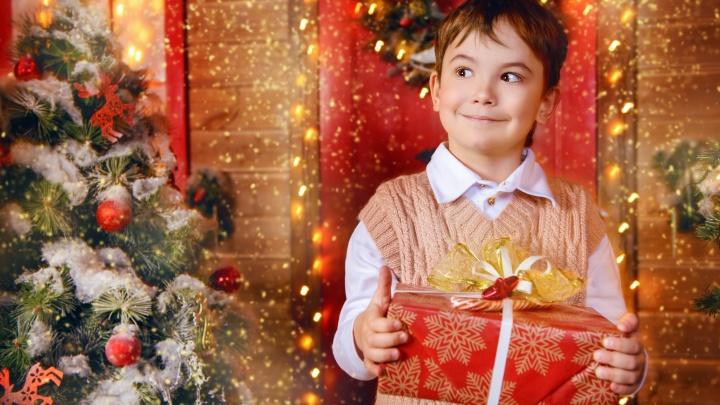 Подарок от Деда Мороза — каждому: тюменских детишек зовут на новогоднюю елку уже в эту субботу