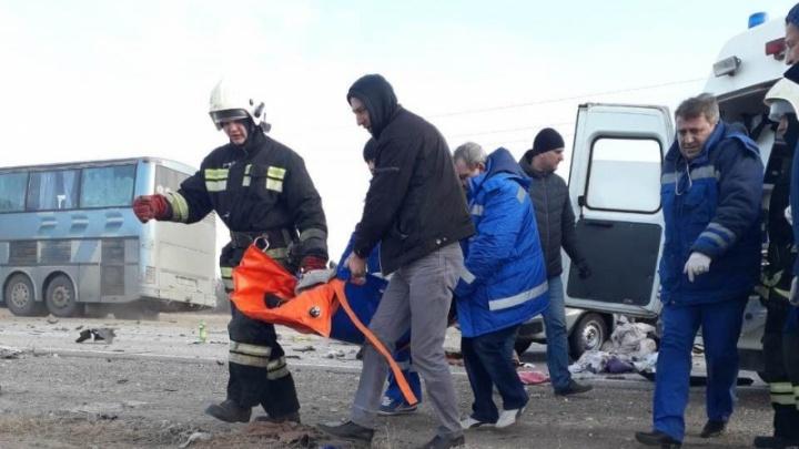 Выживших в лобовом ДТП с КАМАЗом детей и женщину вертолетом доставили в Волгоград