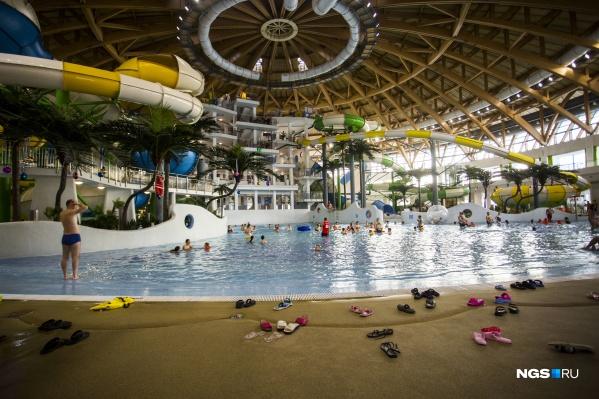 Трагедия произошла днем, когда в аквапарке было много посетителей. Но то, что подросток ушел под воду, заметили не сразу