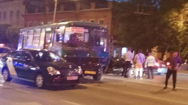 От удара иномарку развернуло: на Малышева Toyota снесла автобус и «Яндекс.Такси»