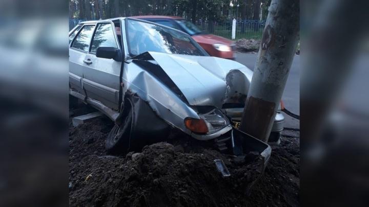 В Ярославле машина влетела в столб: водитель уснул за рулём