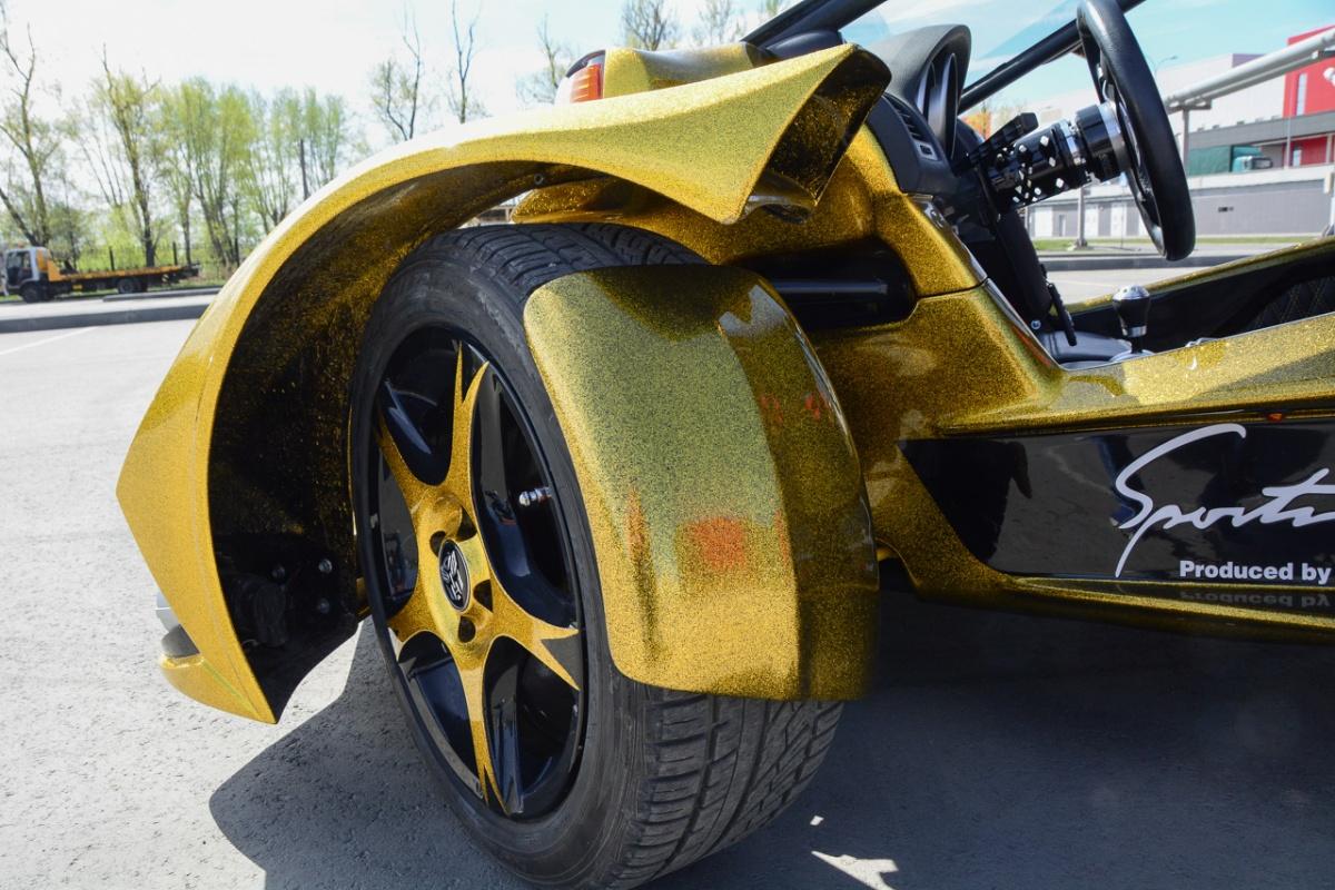 Помимо мощного крыла над колесом есть ещё симпатичные подкрылки, которые поворачиваются вместе с ним