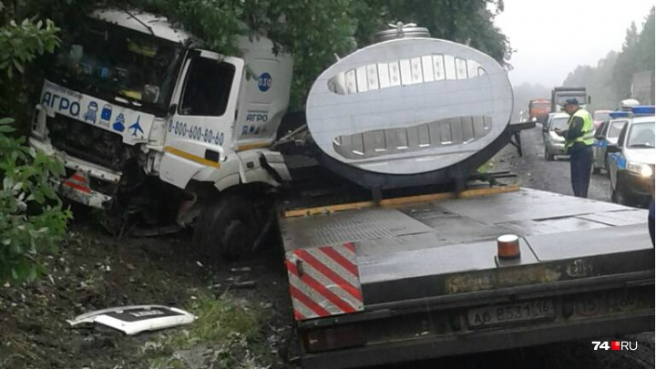 «Погибли папа и сын»: на трассе М-5 КАМАЗ смял прицепом джип с семьёй