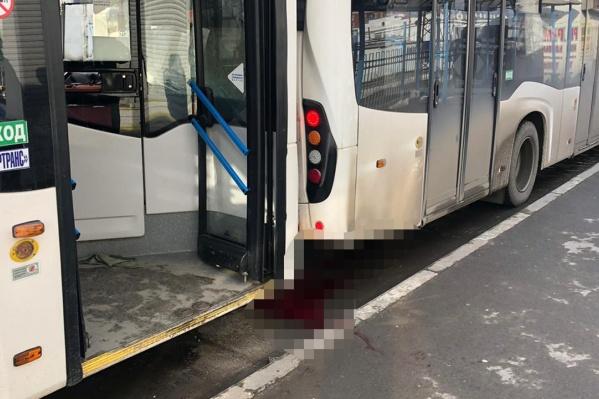 Мужчину насмерть зажало автобусами