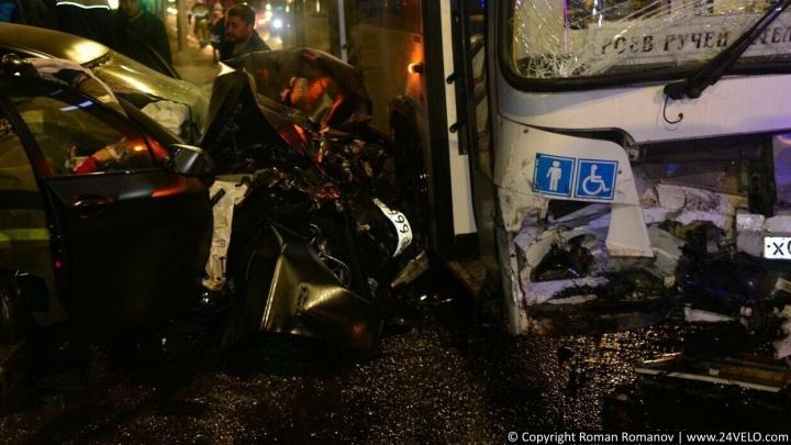 Злостный нарушитель разбился об автобус на Высотной. Семь пассажиров увезли в больницу