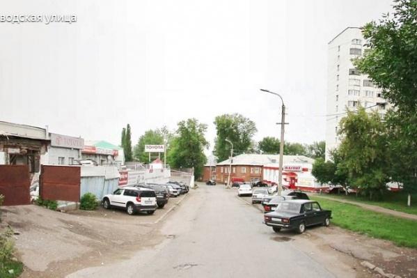 Смертельно раненного мужчину нашли в одном из дворов на улице Заводской