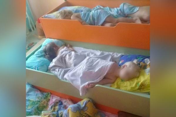 В детском саду «Агуша» детей иногда укладывали по двое в одну кровать — не хватало спальных мест