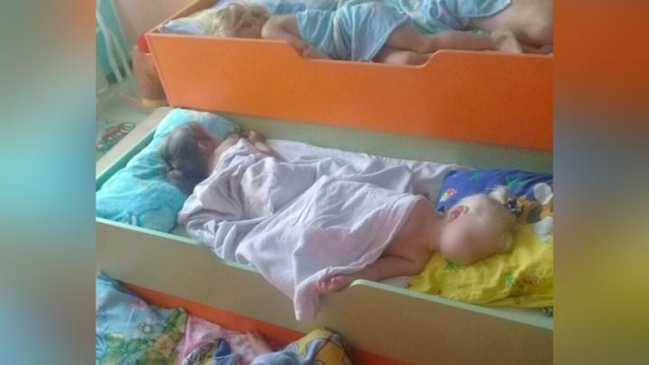 Садик со спящими на полу детьми признали опасным и закрыли