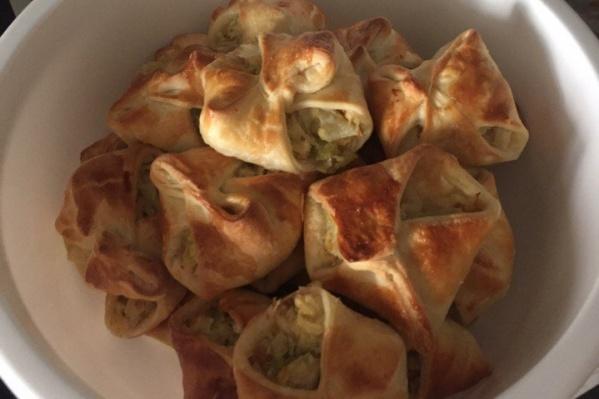 Пирожки из слоёного теста с начинкой из капусты