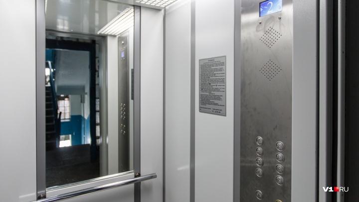 «Аварийку ждали больше часа»: в Волгограде застрявших в лифте горожан обозвали вандалами