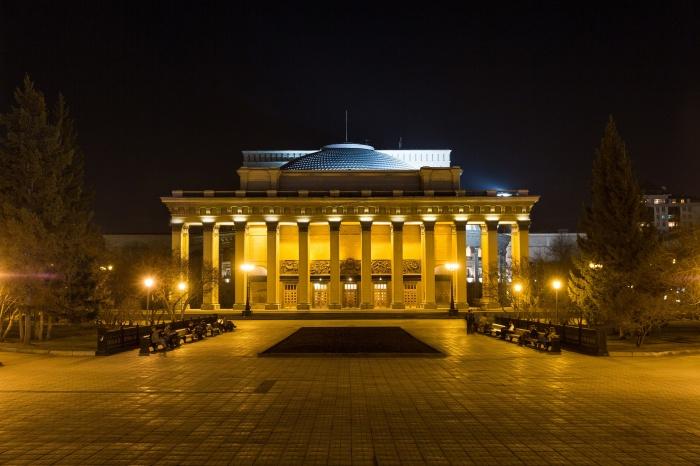 Оперный является еще и самым большим театром в Евразии