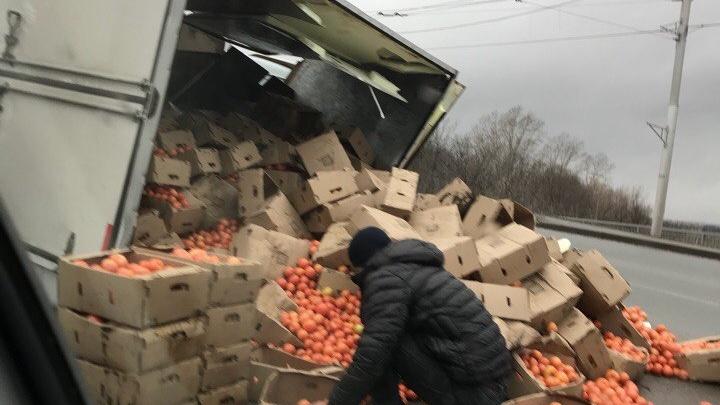 В Уфе перевернулся грузовик с помидорами