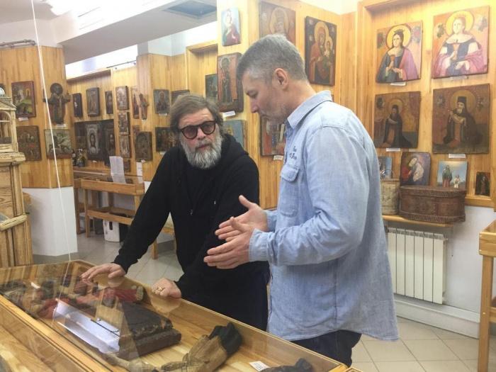 По словам Ройзмана, Гребенщиков хорошо разбирается в иконах и является очень интересным собеседником