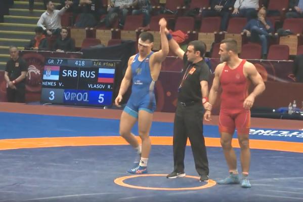 В четвертьфинале Власов (в синей форме) одолел чемпионамира 2017 года Виктора Немеша