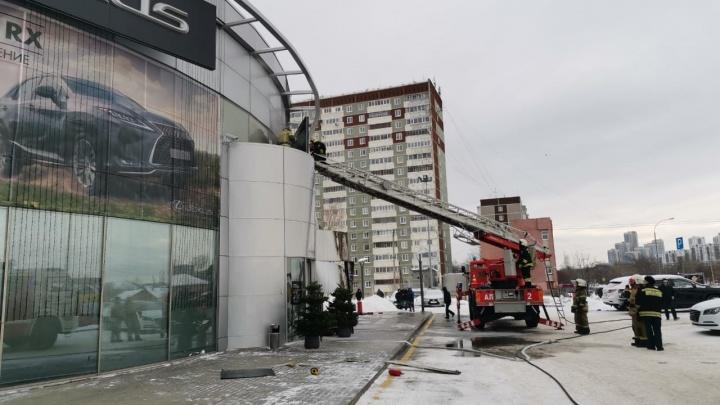 Пожар в салоне Lexus сняли на видео изнутри