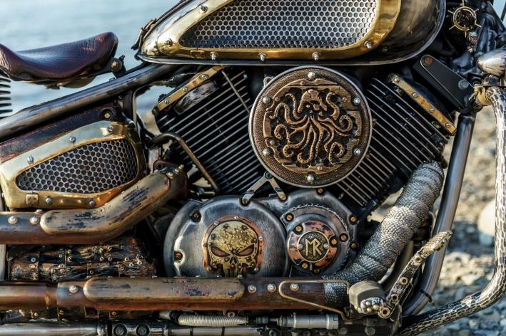 Дубовая каракатица на мотоцикле выпилена вручную
