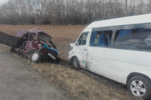 «Ока» превратилась в груду металла, а её водитель погибла