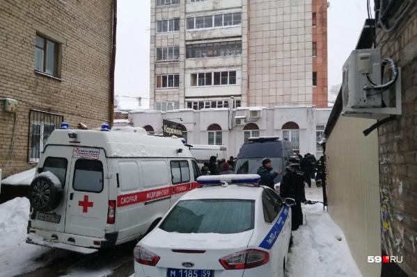 На месте ЧП дежурят полиция, СУ СК и скорая помощь. Доступ к отелю перекрыт