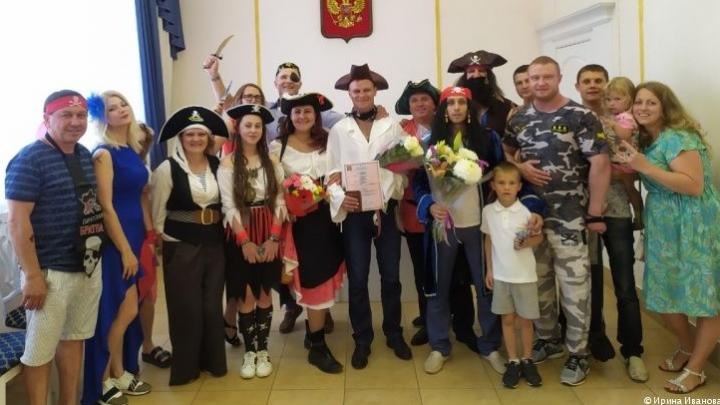 «Заехали по пути, чтобы пожениться»: в пермском ЗАГСе состоялась «пиратская» свадьба