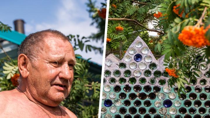 Стеклянный замок Савельева: сибиряк сделал дом из бутылок, которые собирал 20 лет