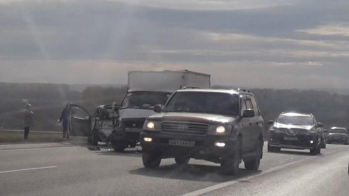 На трассе под Новосибирском «Тойота» разбилась в ДТП с грузовой «Газелью»
