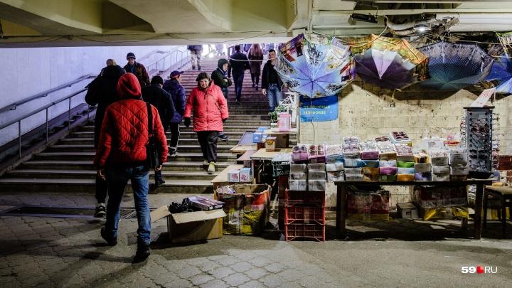 В переходе у Центрального рынка снесли все киоски, но торговля там продолжается