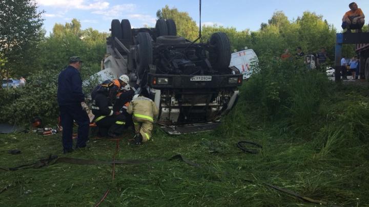 Смертельная авария: в Уфе перевернулся грузовик