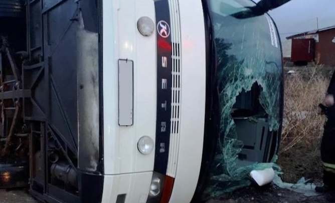 «Мы спали, повисли на ремнях»: туристка из перевернувшегося автобуса рассказала, как произошло ДТП
