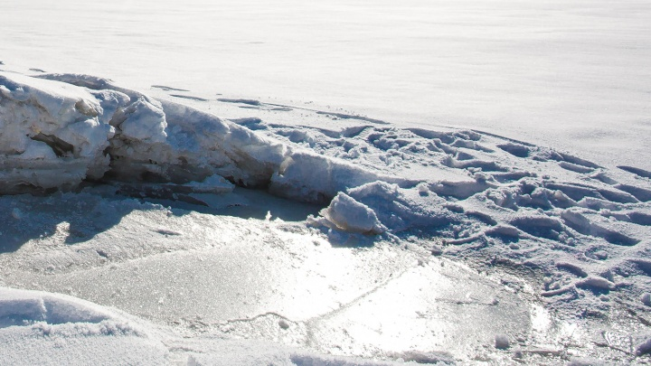 Бригада энергетиков спасла со льдины на реке ребёнка