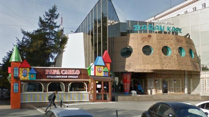 «Парализовали работу»: приставы арестовали имущество в ресторане и пиццерии в центре Челябинска