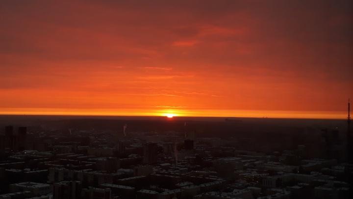 Такая зима нам нравится: любуемся красочным рассветом над Екатеринбургом
