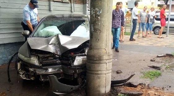 «Авто отбросило в столб»: на Вилоновской столкнулись Ford и Honda